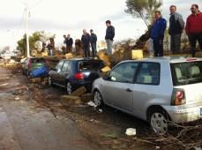 GALLIPOLI - Su lungomare Marconi, la furia del vento ha demolito il muricciolo della stazione ferroviaria danneggiando alcune auto
