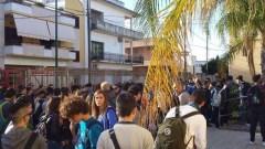 gli studenti rimasti fuori stamattina (foto Uds di Nardò)