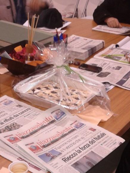 Giornali freschi di stampa e crostata calda di forno: s'abbinano bene ad un fumante caffè insieme ai nostri lettori