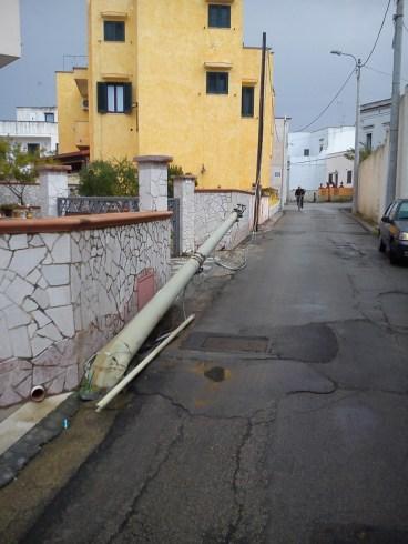 Palo divelto in via Pinto