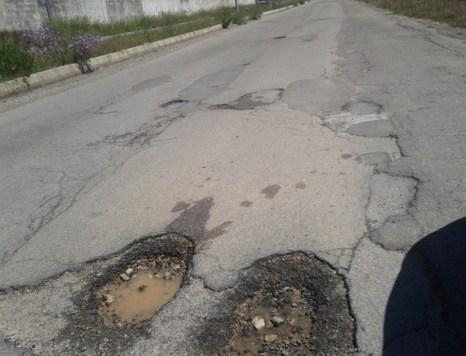 Buche pericolose sulla strada che conduce a Casarano - zona nord di Matino