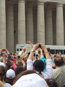 Il Papa saluta i ragazzi