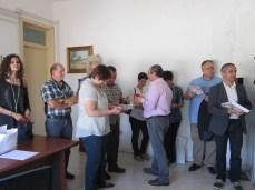 Il presidente del Comitato festa, Venceslao Marsano, consegna alla delegazione svizzera gli opuscoli del programma della festa patronale