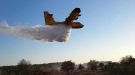 Canadair in azione - Foto dal profilo facebook di Protezione civile Gallipoli e Taviano
