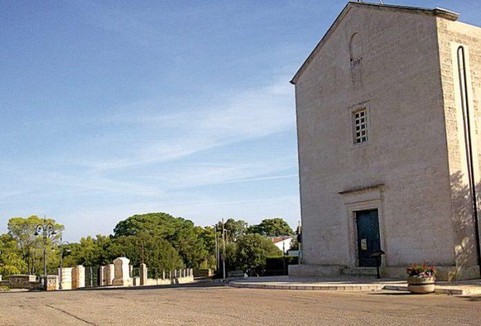 La chiesetta e il piccolo parco sulla collina