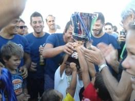 don Gianni con Antonio Conte festeggiamenti vittoria memorial Francesco Renna (2)