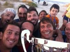 don Gianni con Antonio Conte festeggiamenti vittoria memorial Francesco Renna (3)