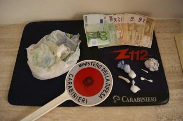 Sostanze stupefacenti e denaro rinvenuti dai carabinieri