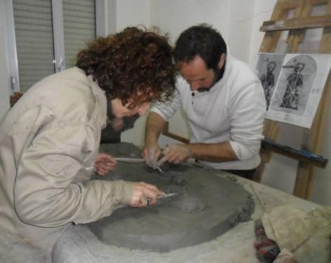 Il bassorilievo durante la preparazione