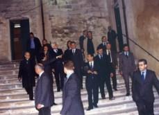 Accanto a Mattarella Loredana Capone. Più a destra l'allora senatore Bruno Erroi e l'avvocato Francesco Capezza