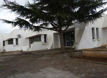 La struttura di via Padre Stomeo. Accanto la sottoscrizione del protocollo d'intesa con l'Ambitoterritoriale sociale nel marzo del 2014
