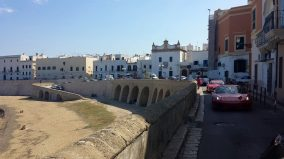 Le auto sfilano nel centro storico