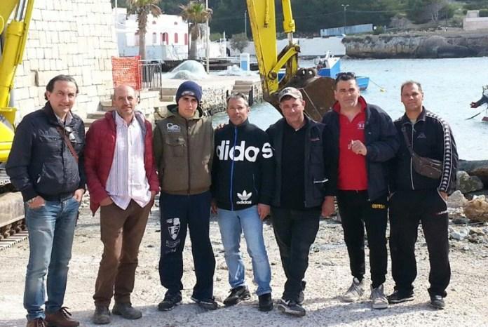 Da sinistra l'assessore Maglio, il direttore lavori e alcuni pescatori