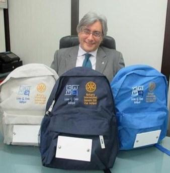 Il presidente del Rotary Gallipoli Antonio Di Leo con gli zaini antismog.