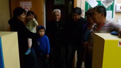 Stefano con la famiglia che lo ha aiutato a 50 km da Yakutsc, quando ha ceduto l'ammortizzatore posteriore