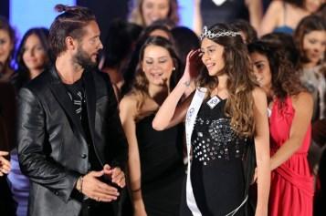 La vincitrice assieme all'attore Alex Belli