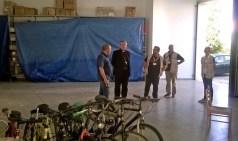 Il vescovo al deposito biciclette