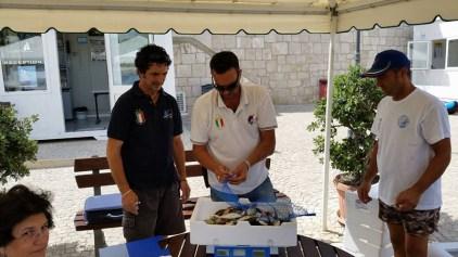 pesatura del pescato (Marco Pisacane a sinistra)