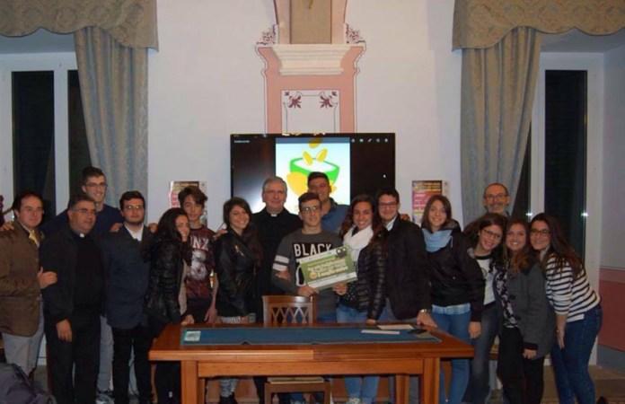 Il gruppo vincitore insieme a don Antonio Minerba (sulla sinistra); in basso il regista Davide Restino