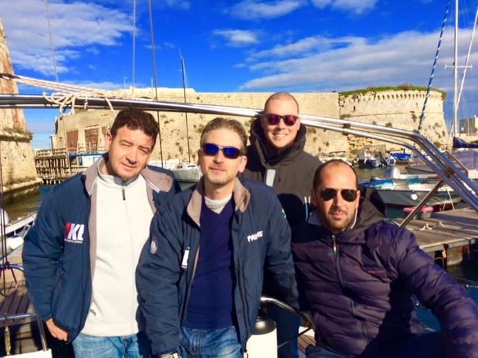 In foto alcuni dei regatanti: da sinistra, Mario Casole, Clemente Manco, Emilio Micocci e Ferdinando Attanasio, regatano sulla imbarcazione di 40 piedi di nome Pavane dell'armatore.