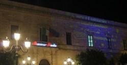 Il Palazzo comunale illuminato a festa (foto Pejrò)