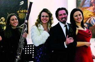 il maestro Luigi Solidoro tra il soprano Laura De Vita (a destra) e Antonella Marzi (a sinistra)