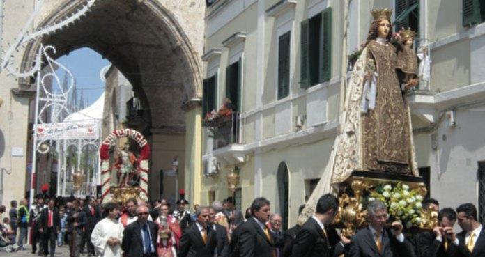 La processione con la Madonna del Carmelo seguita da San Giorgio