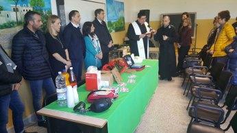 Don Tommaso Sabato durante la benedizione delle apparecchiature salva-vita