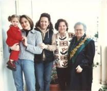 Cinque generazioni a confronto. Addolorata Carachino a destra