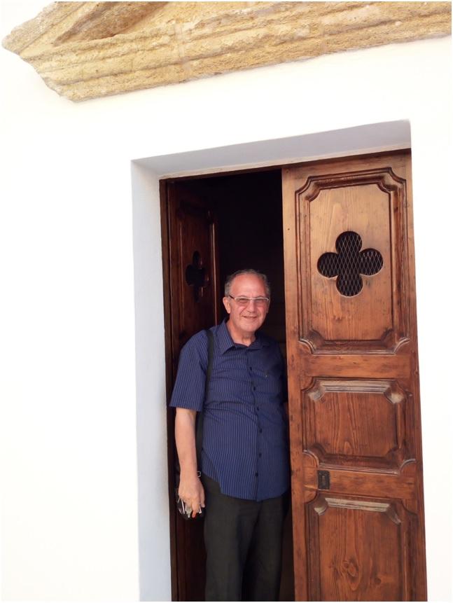 Don Gigi De Rosa nella chiesetta di Santa Cristina