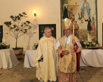 Don Antonio Schito e monsignor Angelo De Donatis (foto Pejrò)