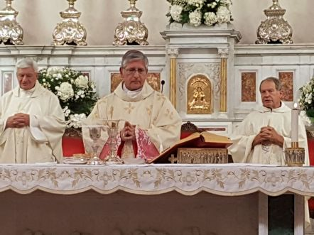 Don Emanuele Pasanisi alla destra del vescovo Filograna