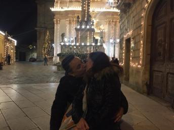 bacio sotto le luci
