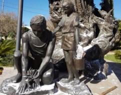 la statua imbrattata dai vandali