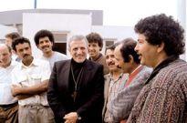 Don Tonino con i migranti (foto Famiglia Cristiana)