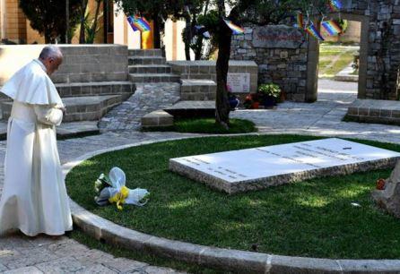 Papa Francesco prega sulla tomba di don Tonino ad Alessano