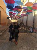 turi e stivala sotto un tetto di ombrelli