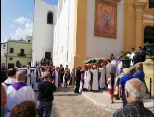L'uscita dalla Chiesa madre