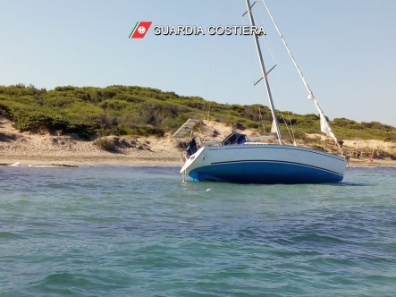 barca a vela incagliata punta èpizzo Gallipoli