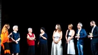 La consegna della targa riconoscimento a Francesca Luca, Francesca Fiume, Maria Verardo, Anna Siciliano e Marzia De Milito