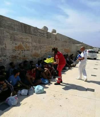 I migranti soccorsi a Leuca (foto Croce rossa)
