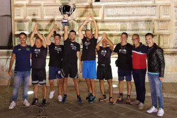 La Thailandia, squadra vincitrice, con gli organizzatori dell'evento Antonio Tondo e Tony De Paola