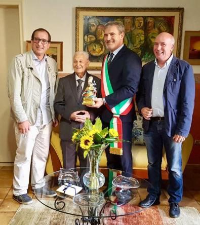 Luigi De Nuzzo con il sindaco Stefàno e la delegazione comunale