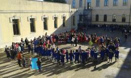 Gli studenti nel cortile del plesso Giovanni XXIII di piazza Umberto