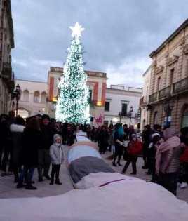 Casarano, la calza della Befana in piazza Indipendenza 1