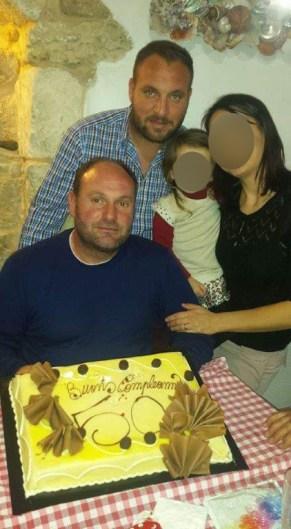 Fabrizio Piro (seduto) e suo figlio Cosimo durante una festa di compleanno