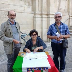 Alcuni volontari di Anpi Lecce