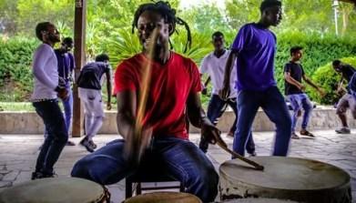 Percussionista keniano che si esibirá il 30 agosto