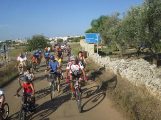 Gruppo in bicicletta nella festa di Santu Donnu, a Nociglia