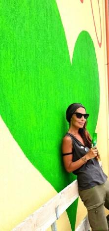 Marta Lagna davanti al suo murales a Nardò